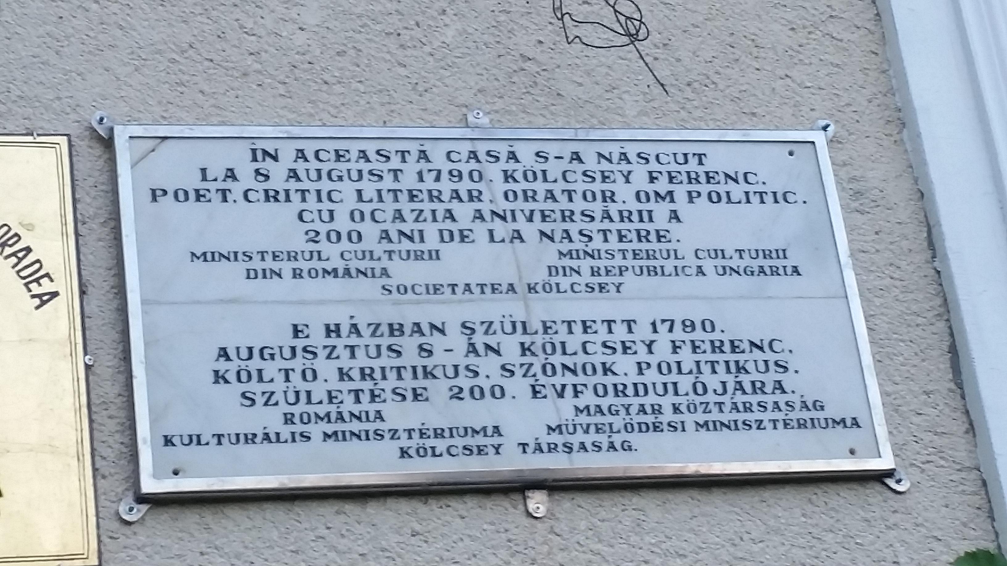 Kétnyelvű emléktábla házon közelről
