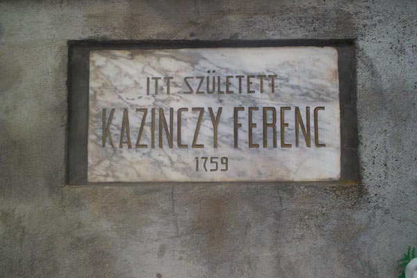 Emléktábla az egykori szülőház telkének bejáratánál