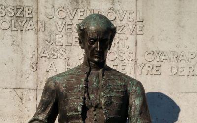 Budapest, I. Batthyány tér, Erzsébet-rendi apácák kórháza előtt (Kallós Ede, 1974 [1939], márvány borítású támfal előtt bronz szobor)