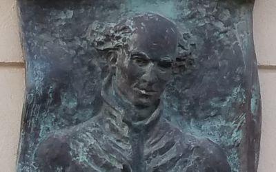 Budapest, Rákosszentmihály, XVI. Hősök tere 1., a Kölcsey Ferenc Általános Iskola bejáratának jobb oldalán (R. Törley Mária, 1998, bronz)