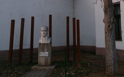 Dunakeszi, Kossuth Lajos u. 6., Kölcsey Ferenc Városi Könyvtár előtt (Demeter István, 2000, mészkő, fa)