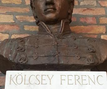 Szeged, Dóm tér, Fogadalmi templom előtti árkádsor (Fűz Veronika, 2001, bronz, carrarai márvány konzolon)