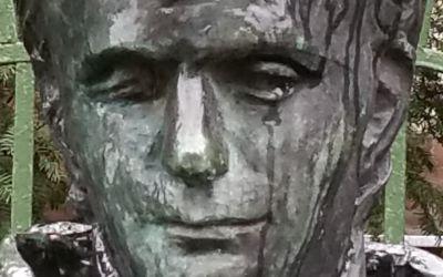 Debrecen, Péterfia u. 1-7., Debreceni Református Kollégium Általános Iskolája és Gimnáziuma épületének kerítése előtt (Rátonyi József, bronz, eredetileg a Kölcsey Művelődési Központ előtt leplezték le 1977-ben, jelenlegi helyére 2002-ben került)