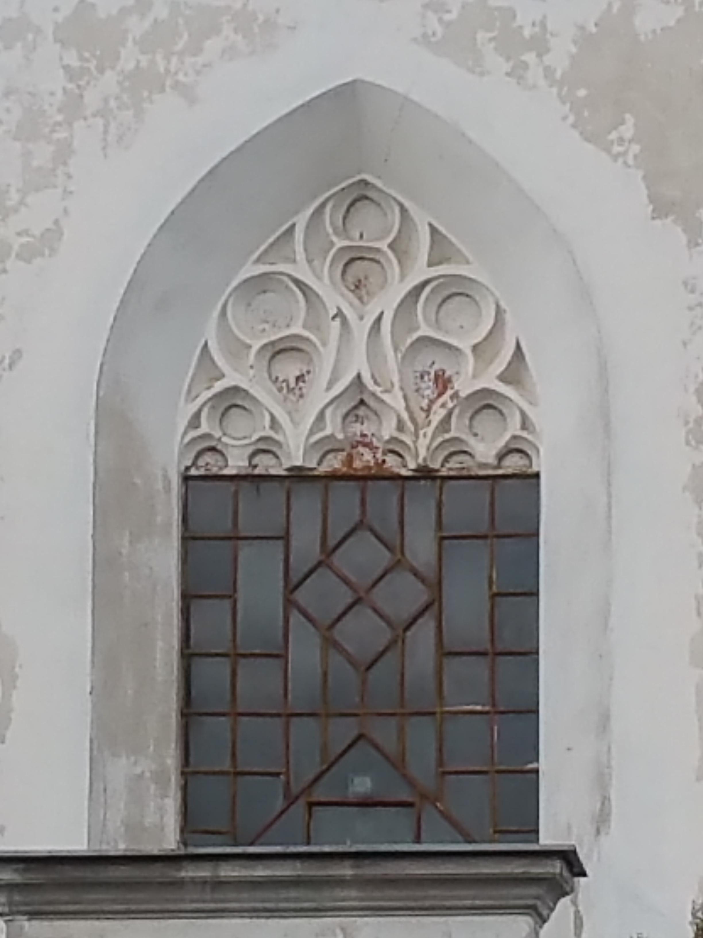 A templom mérműves ablakai