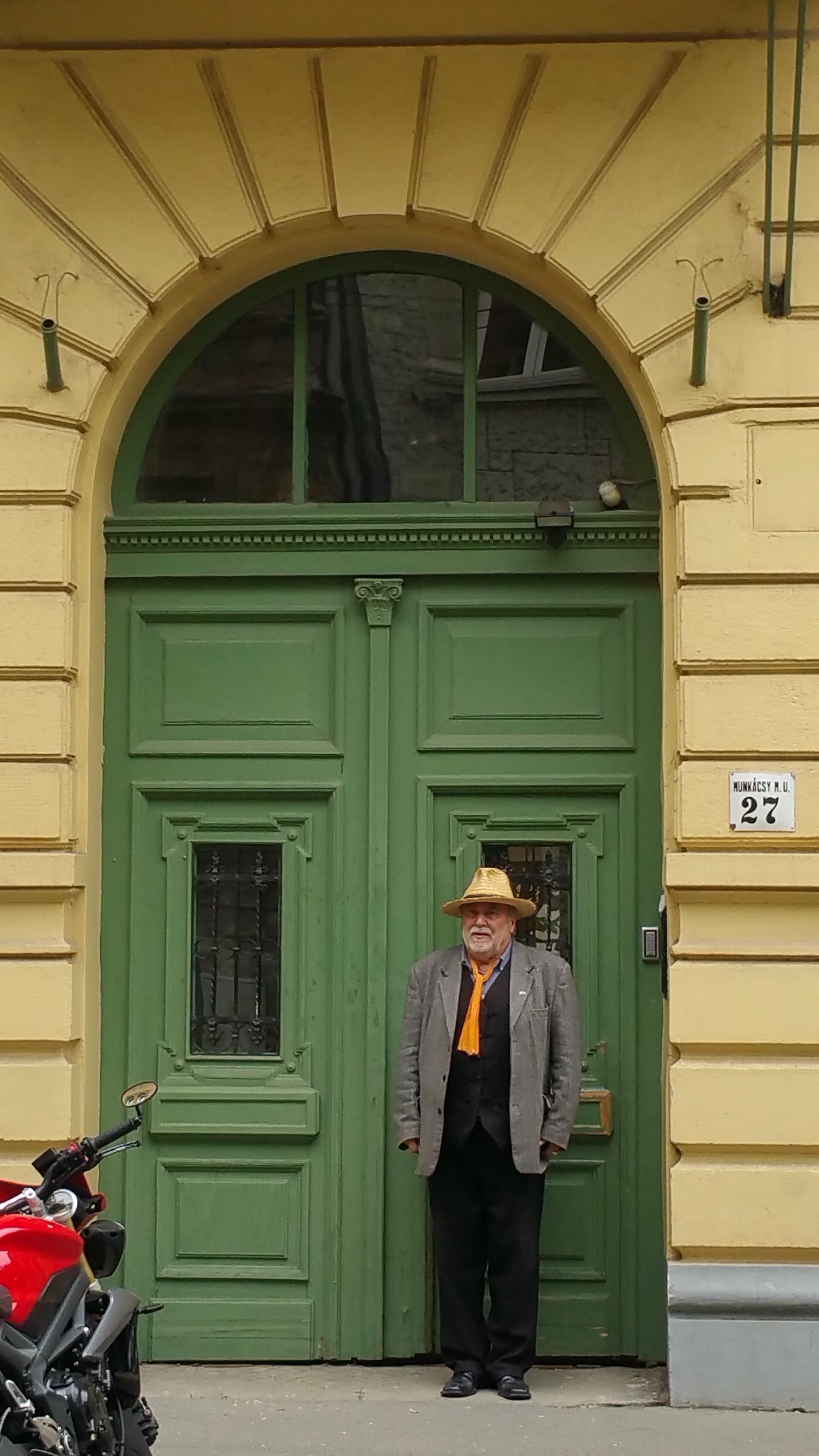 """A """"kalapfüggő"""" Művész otthona előtt"""