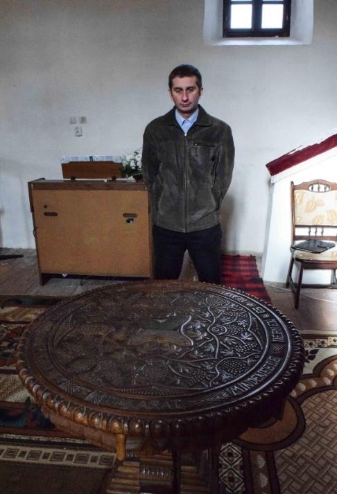 Panity-Teleky Zoltán lelkész az úrasztala előtt