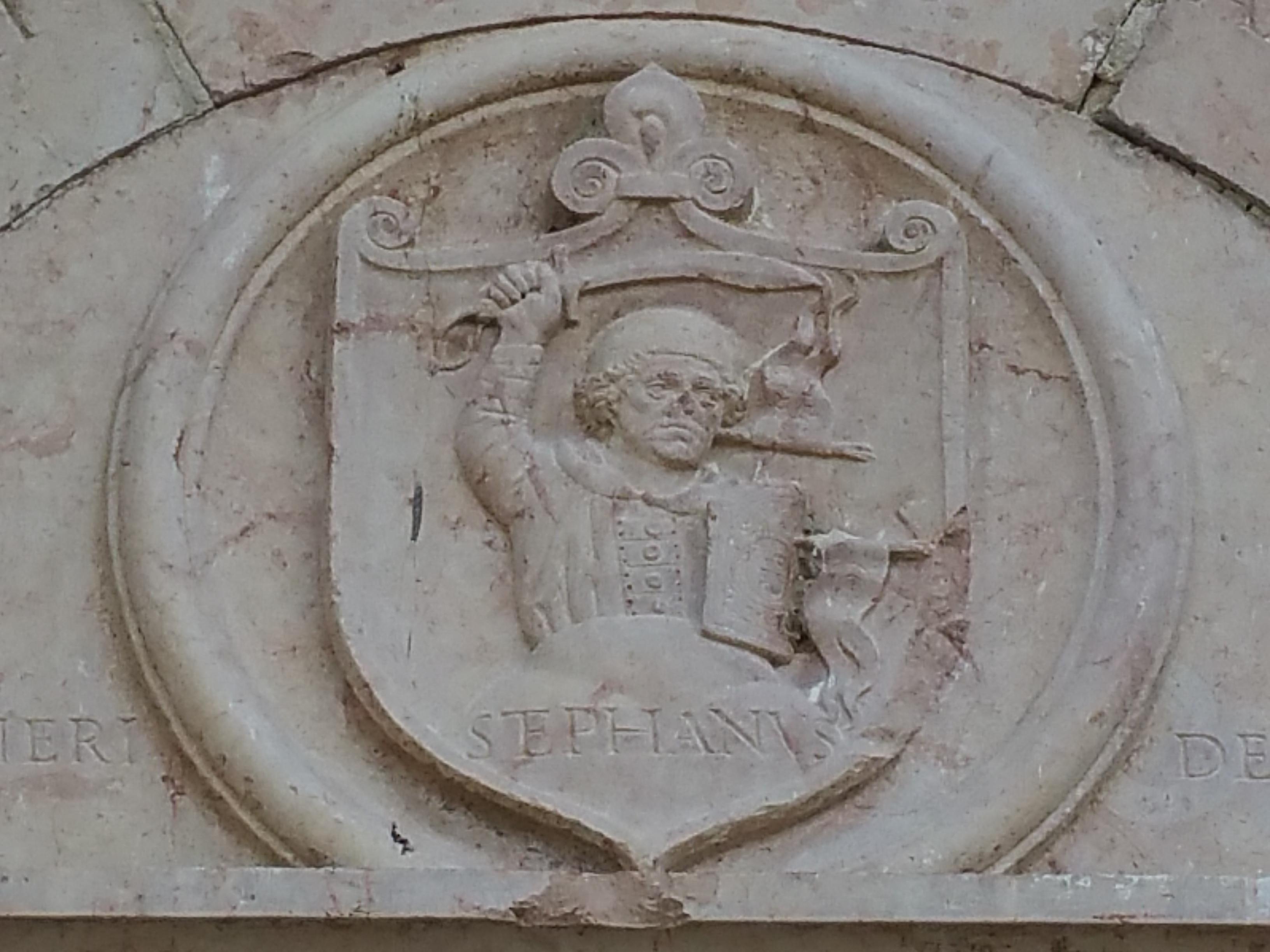 A vörösmárvány Désházy címerkő a főalakkal