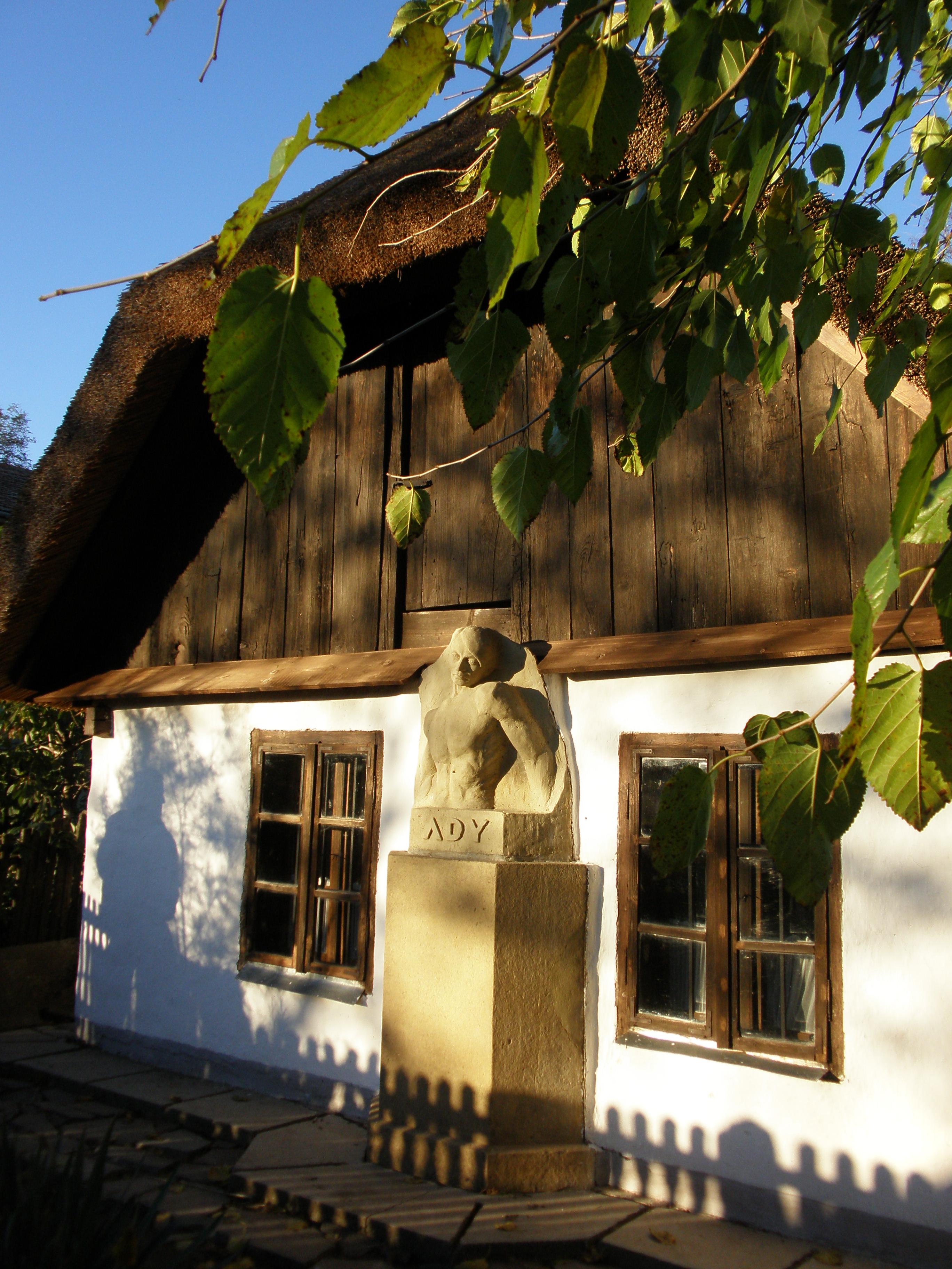 Szini Sebő Zoltán alkotása a szülőház homlokzatán