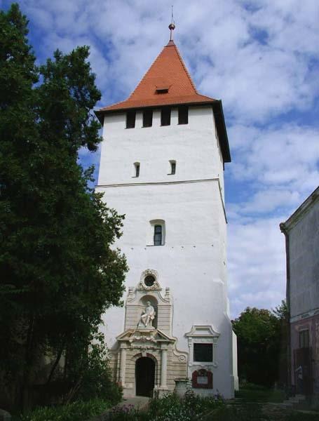 A felújított Csonkatorony, az Arany János Emlékmúzeum