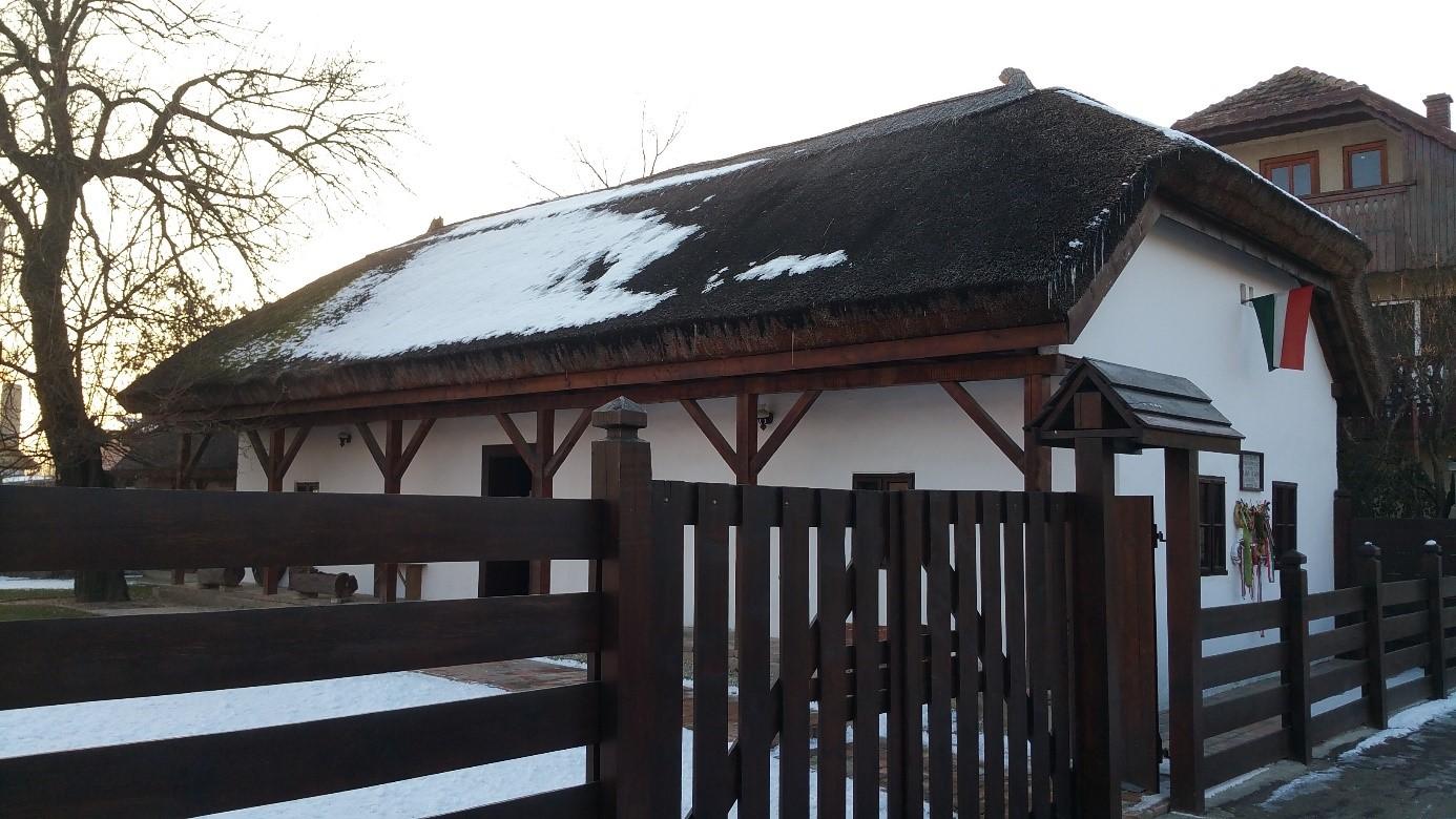 A szülőház helyén álló tájház az eperfával