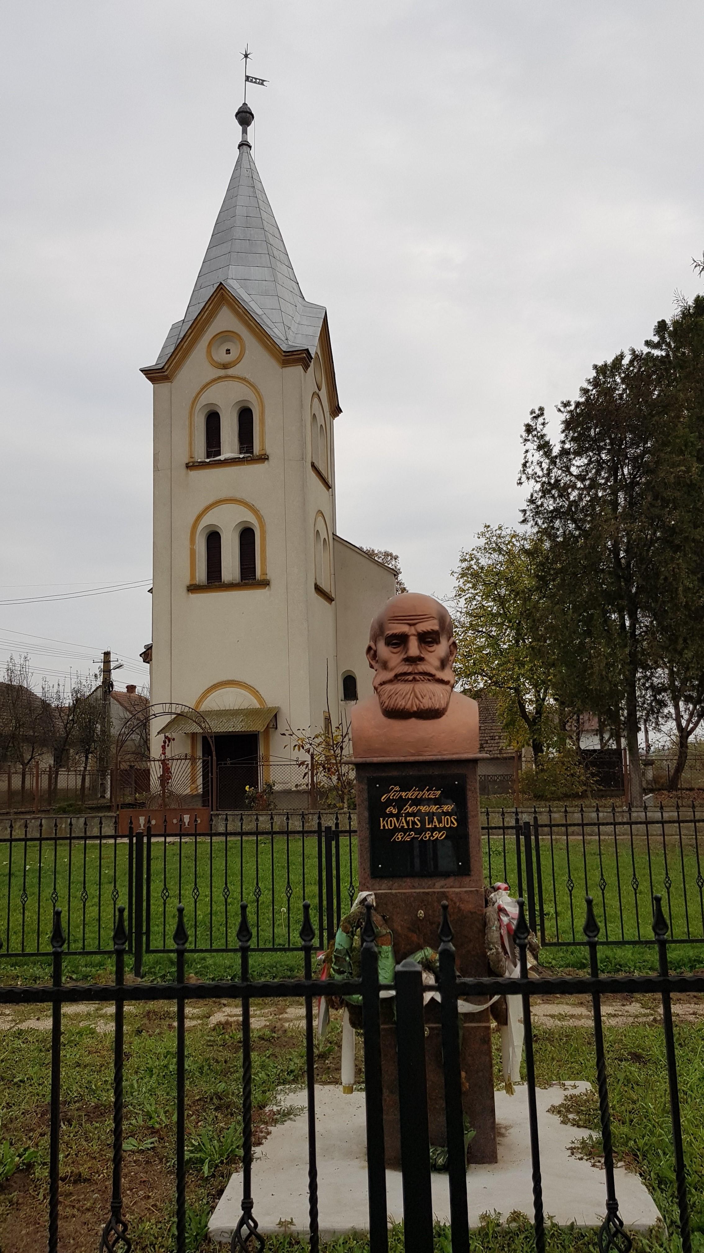 Háttérben a református templom