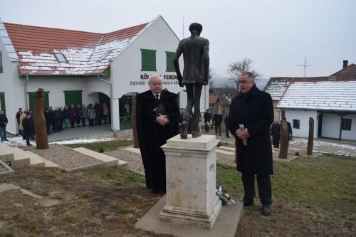 Ft. Csűry István püspök és ft. Forró László főjegyző koszorúz