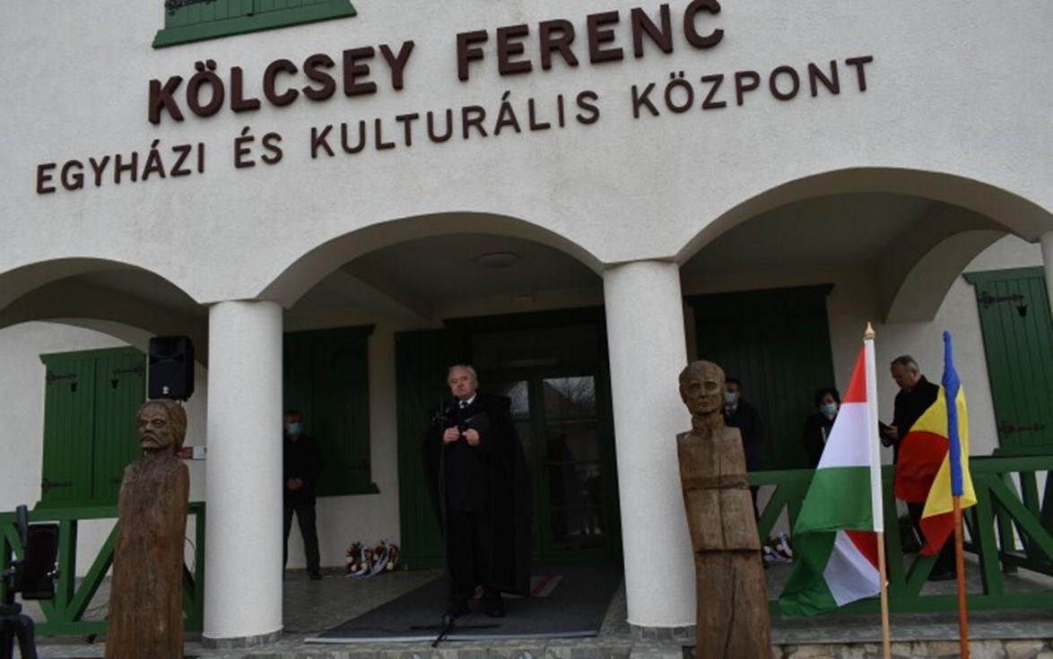 Ft. Csűry István püspök igét hirdet