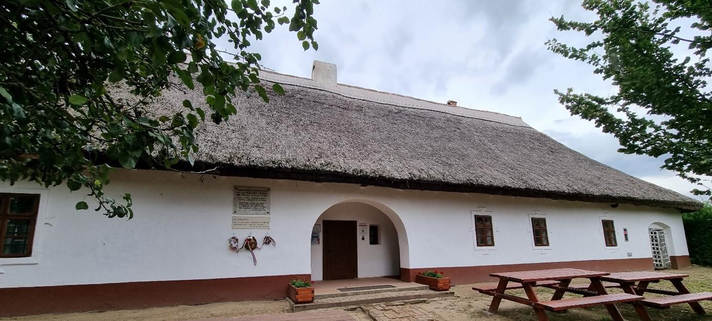 A kúria jellegzetes homlokzati része