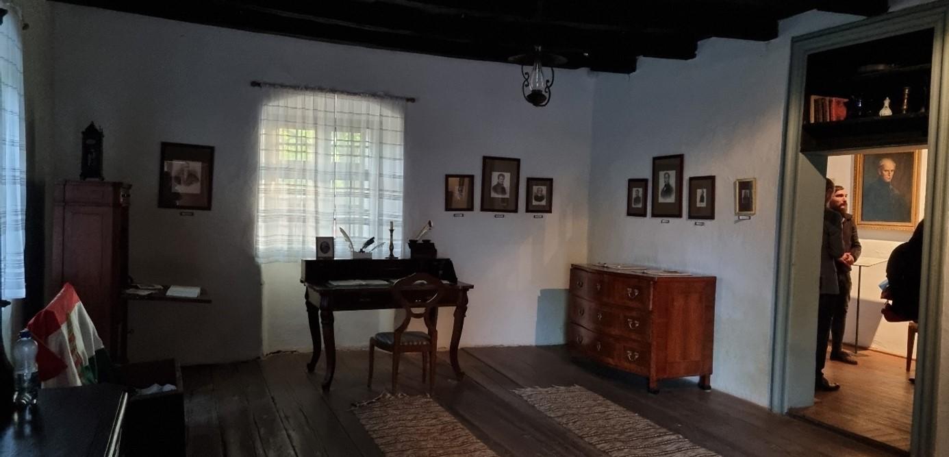A korabeli bútorokkal berendezett szoba