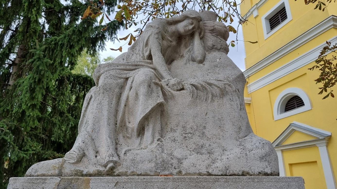 Az első világháborús emlékmű a református templom kertjében