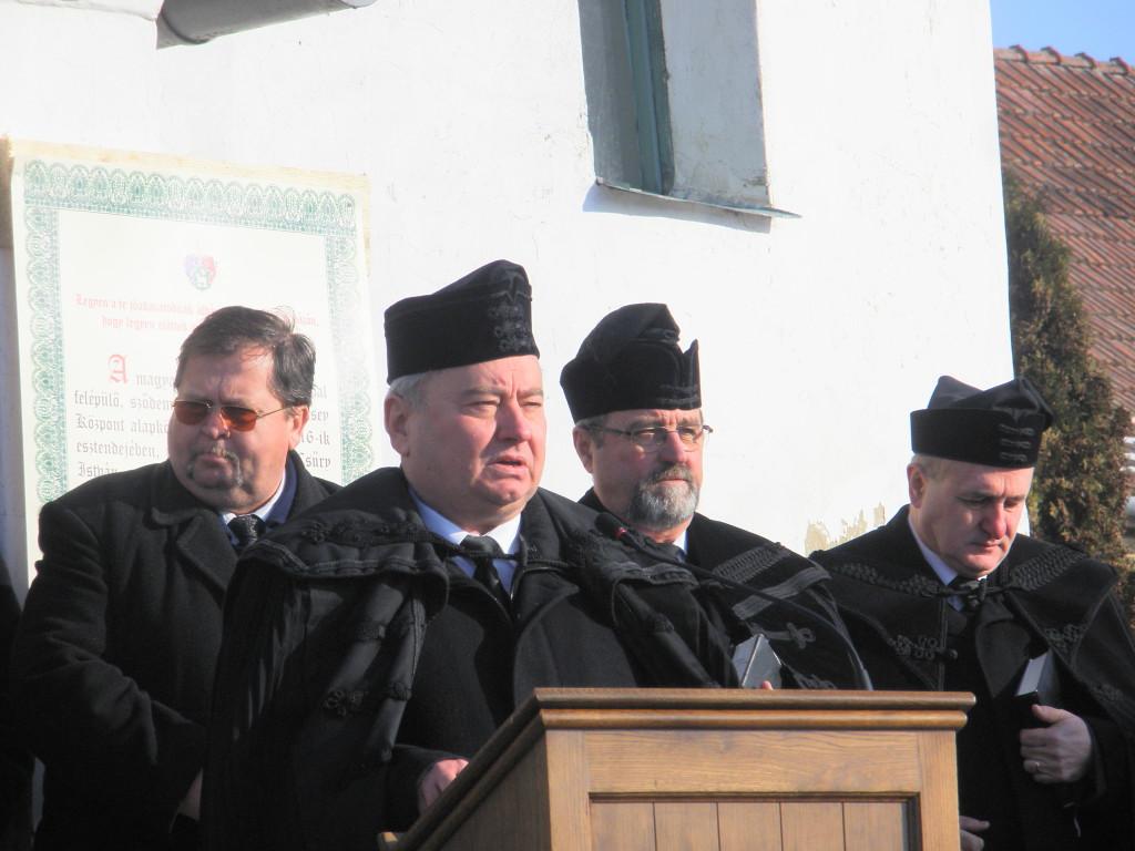 Csűry István püspök beszédet mond