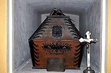 Egy sírhely belülről