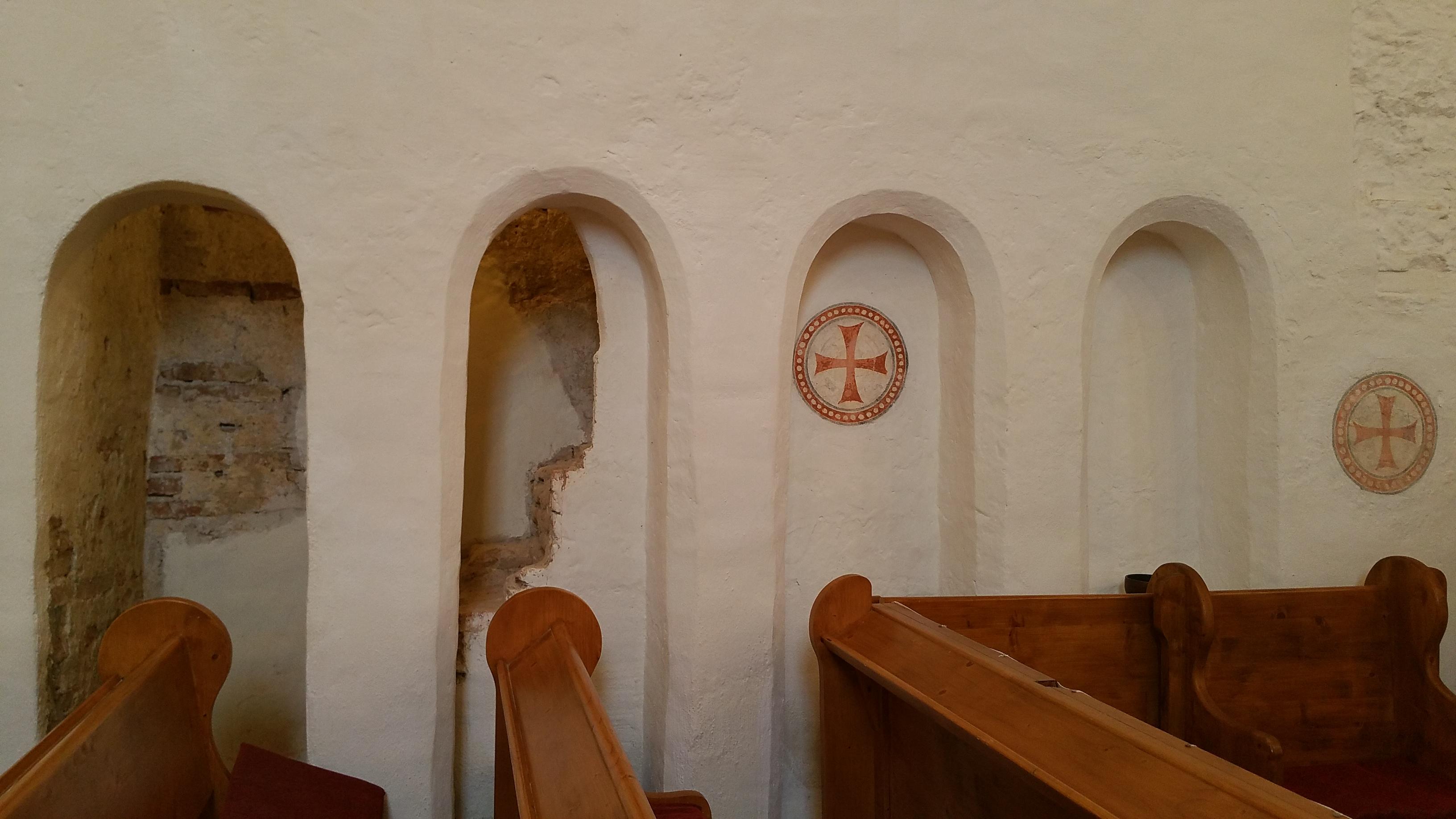 A lépcső feljáró nyílása és felszentelési keresztek a falon