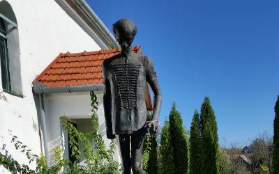 Sződemeter, református templom kertje (Kő Pál, 1991, bronz, másolat; az eredeti alkotás Budapesten a Kölcsey Ferenc Gimnáziumban található)