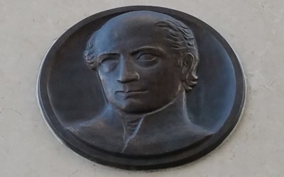 Budapest, VIII. Kölcsey u.1. (Beck Ö. Fülöp, 1955 [2016-ban felújítva], kő lapon bronz fejdombormű)