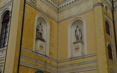 Debrecen, Kossuth u. 10., Csokonai Színház homlokzata (Dabóczi Mihály, 1960, süttői mészkő)