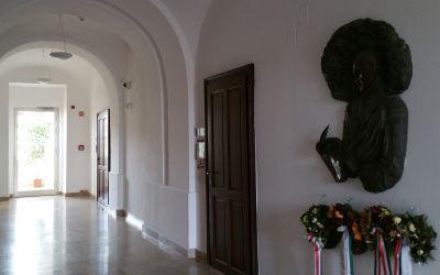 Debrecen, Kálvin tér 16., Debreceni Református Kollégium (E. Lakatos Aranka, bronz, eredetileg a Kölcsey Ferenc Református Tanítóképző Főiskola épületében helyezték el 1990-ben, jelenlegi helyére 2013-ban került)