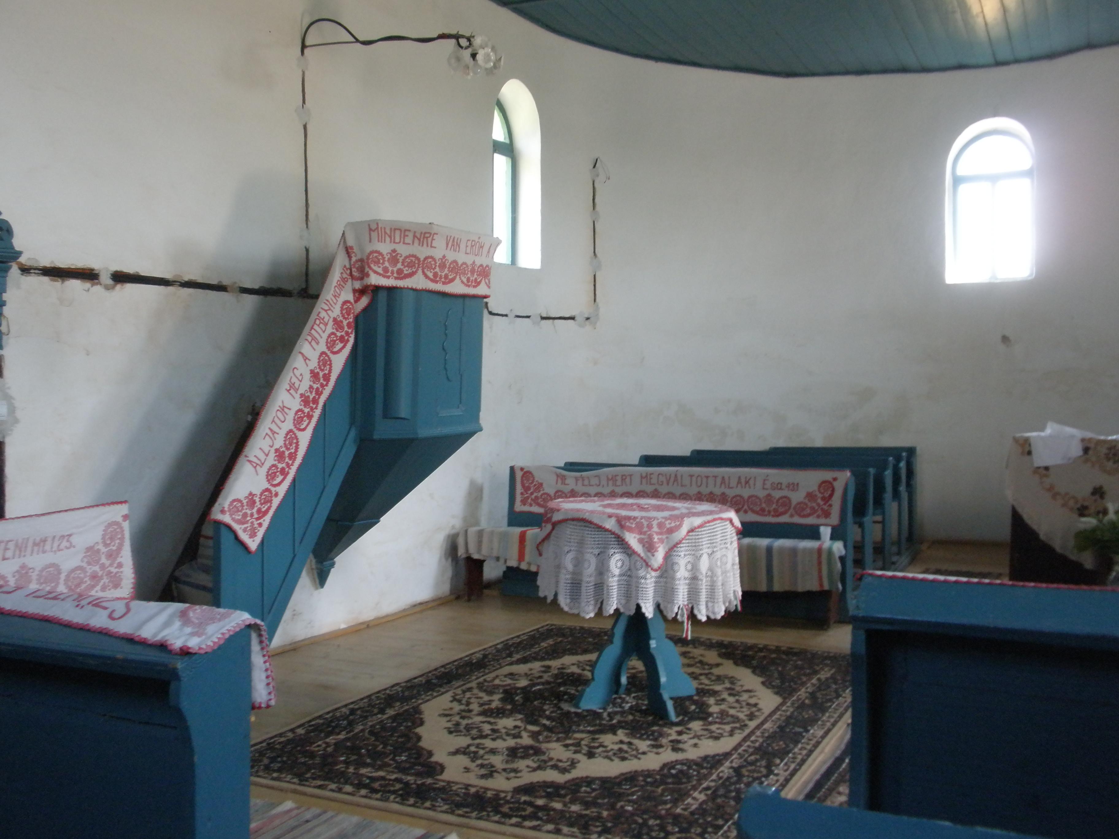 A feldíszített templombelső