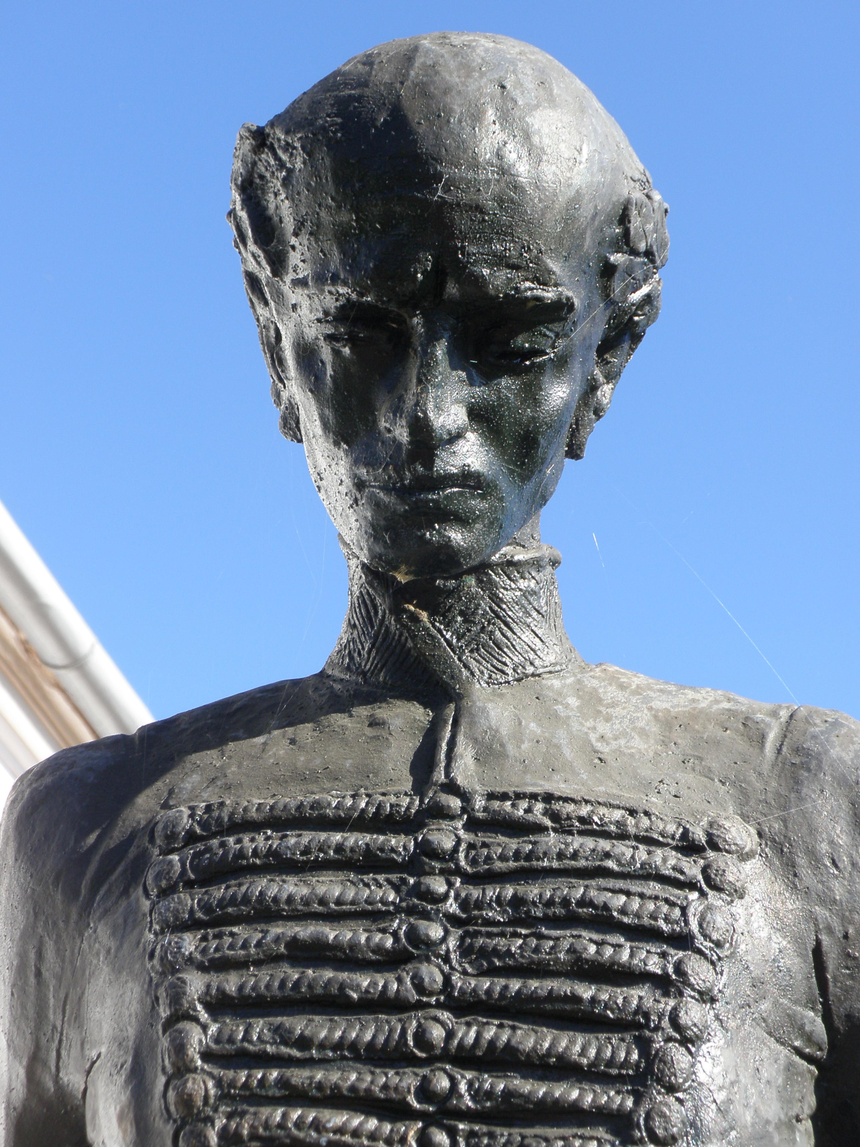 Jékely Zoltán vonásai a szobron