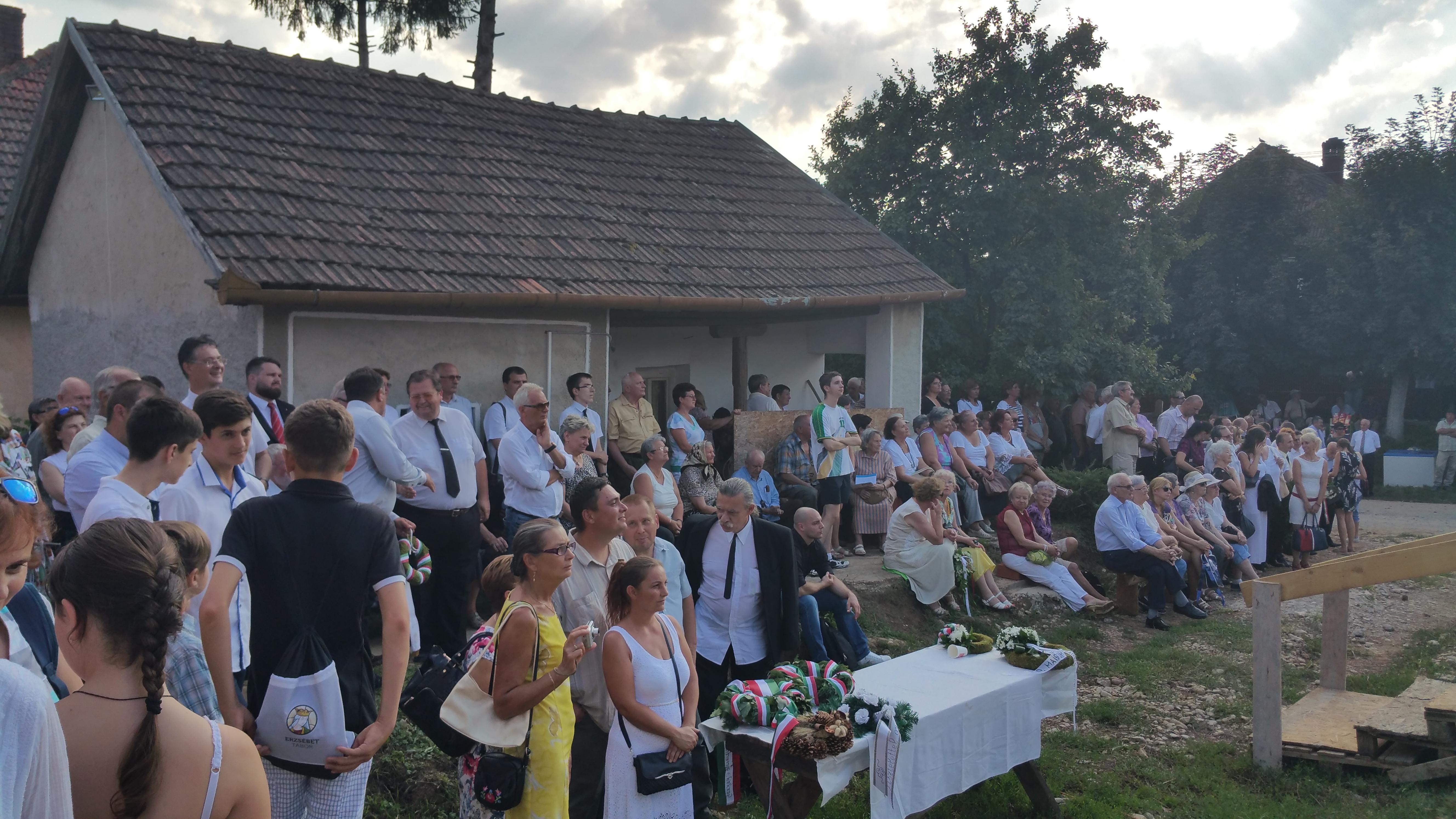 A közönség a Kölcsey Ferenc Főgimnázium igazgatóját hallgatja
