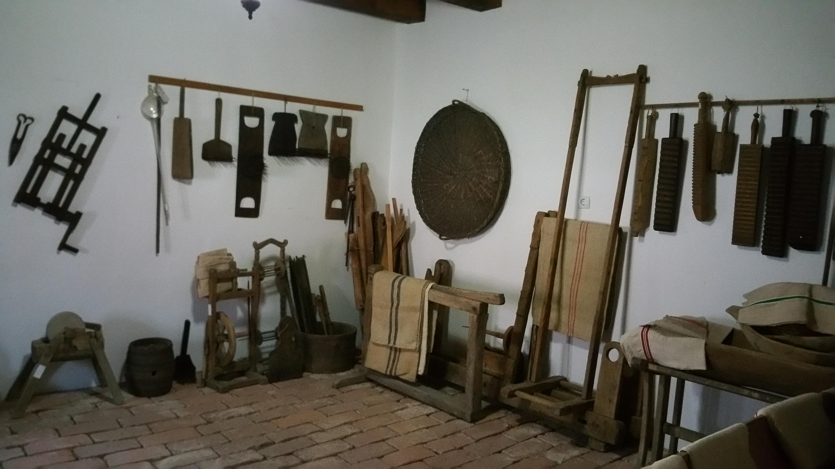 A hátsó szobában elhelyezett használati tárgyak