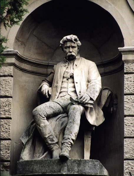 A Csonkatorony bejárata Szeszák Ferenc Arany szobrával