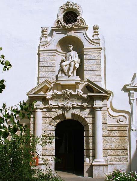 A Sróbl Alajos által tervezett bejárat