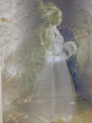 A vár kiállításán a lány hologramja egy festményen