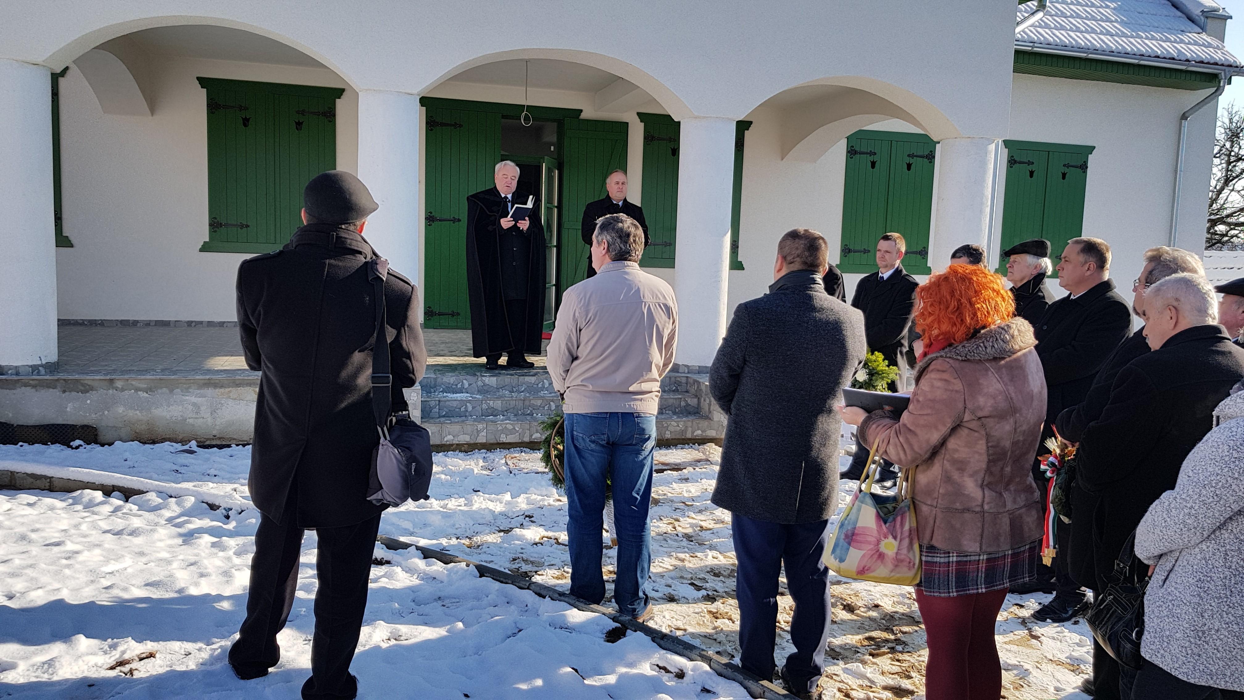 A résztvevők a megemlékezés szónokait hallgatják az épülő Kölcsey Emlékház előtt