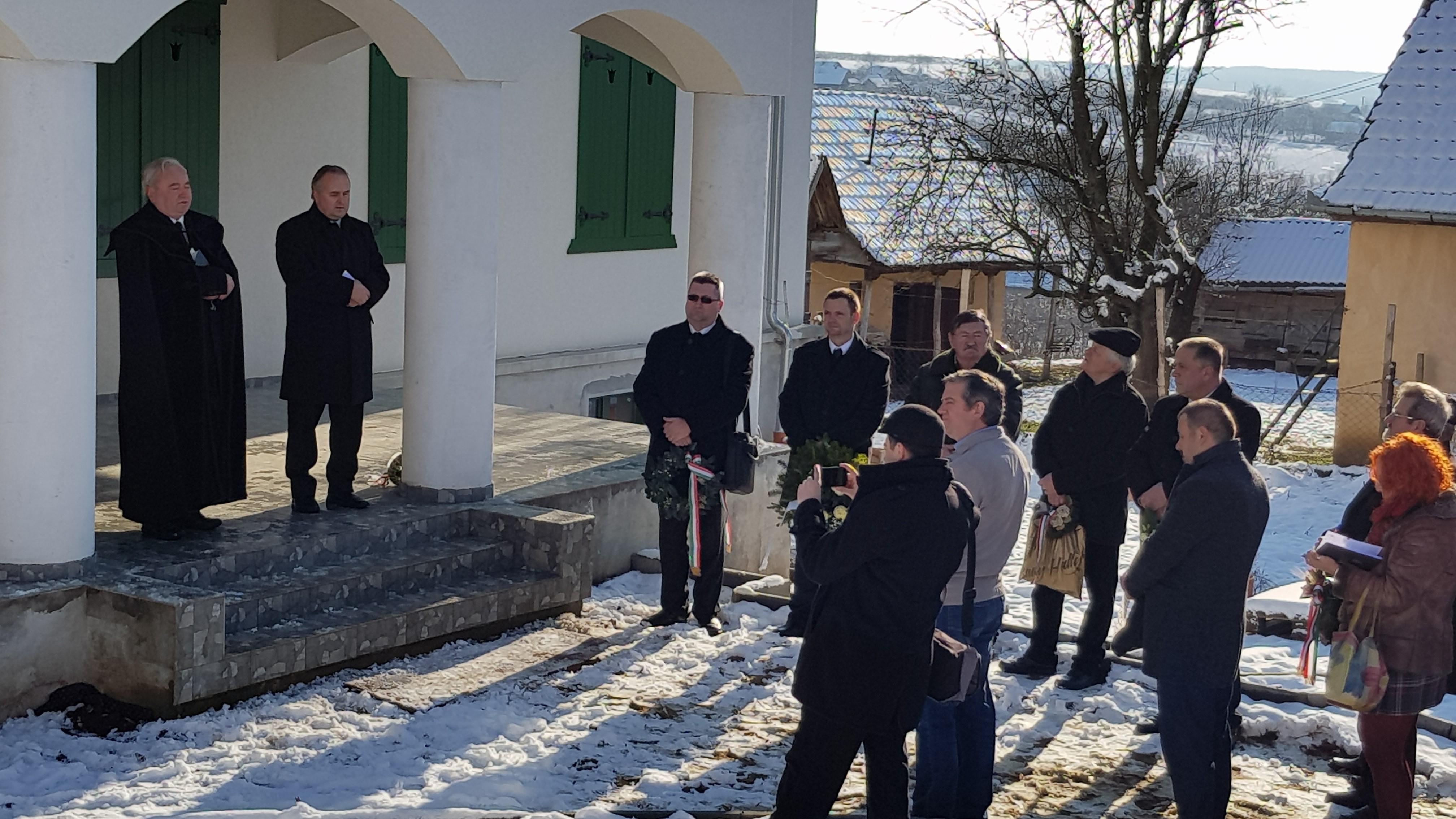 Ft. Csűry István püspök és Pakulár István lelkipásztor a Kölcsey Emlékház tornácán
