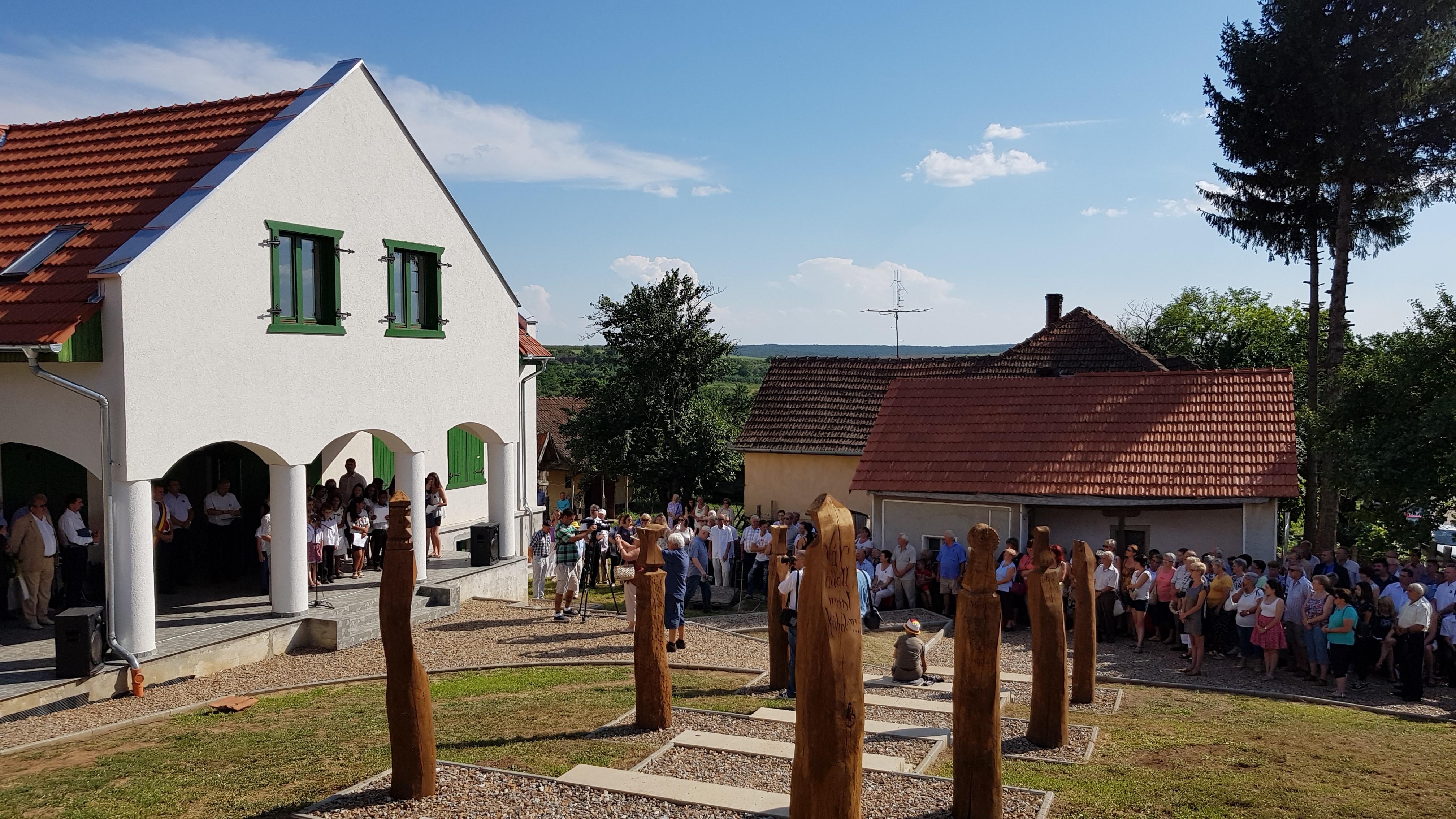 A megemlékezés résztvevői a hamarosan elkészülő Kölcsey Emlékház előtt