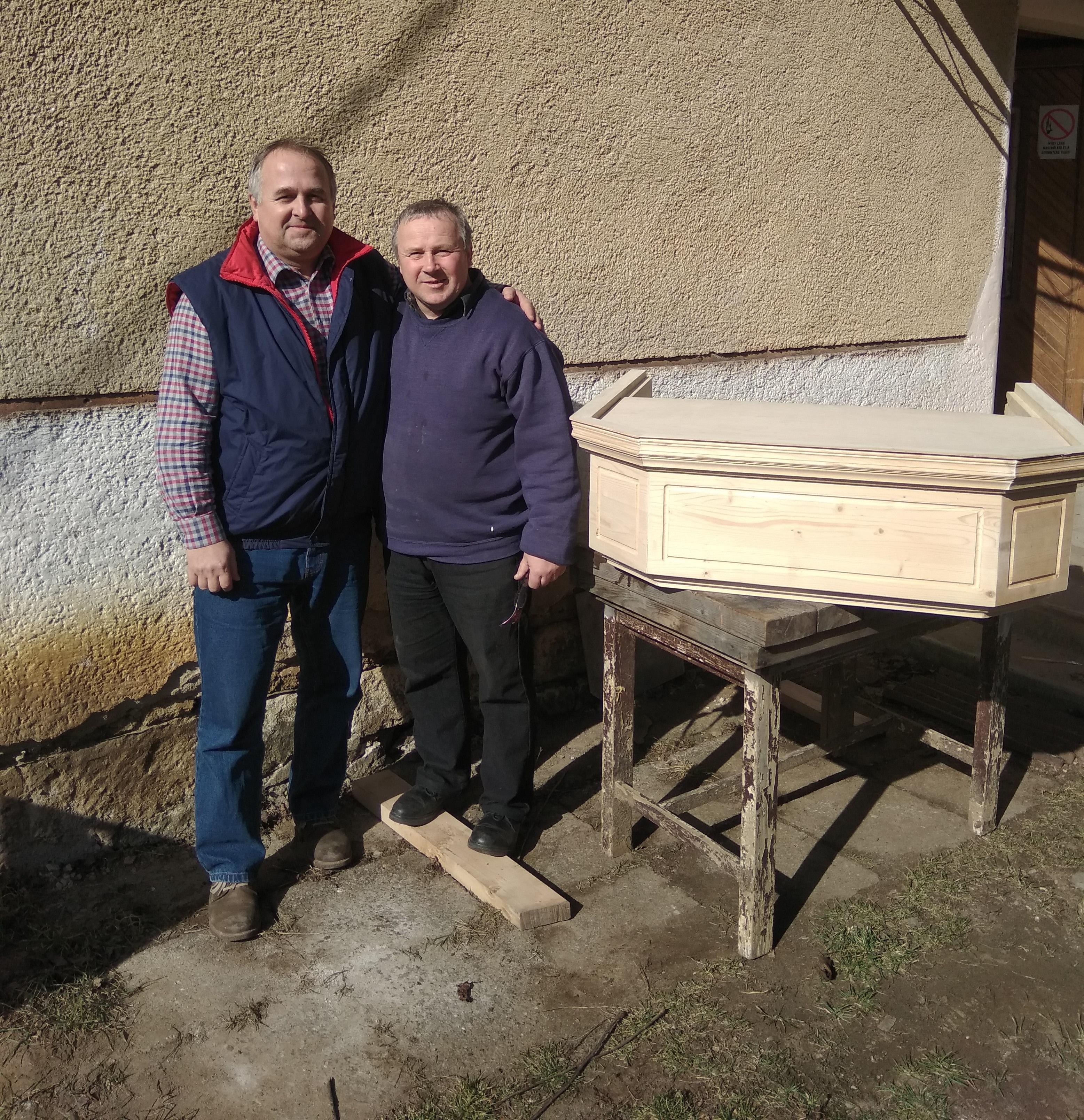 Pakulár István lelkész és Jóni János fafaragó mester a hangvetővel