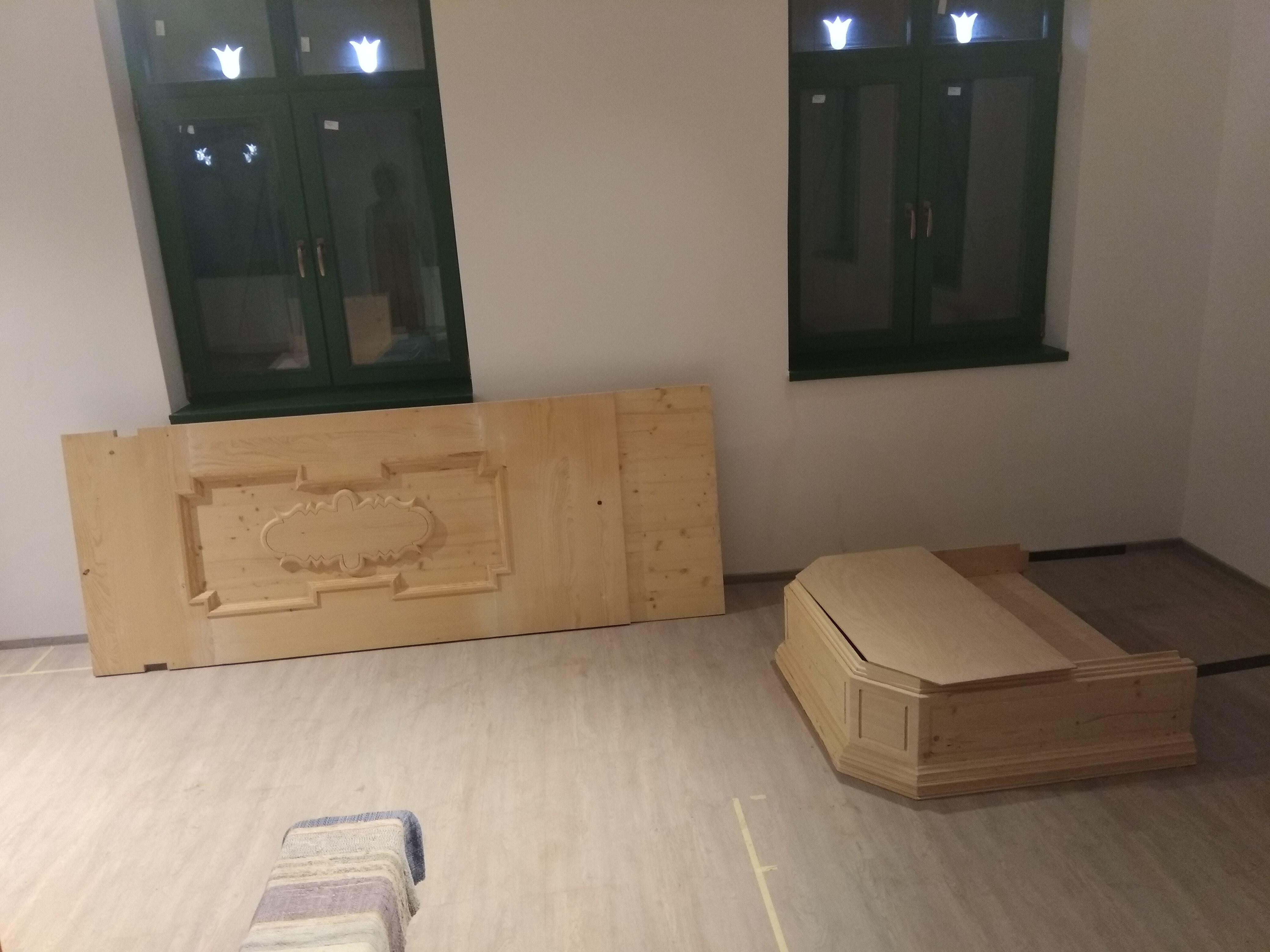 A szószék hátlap és a hangvető a beépítés előtt
